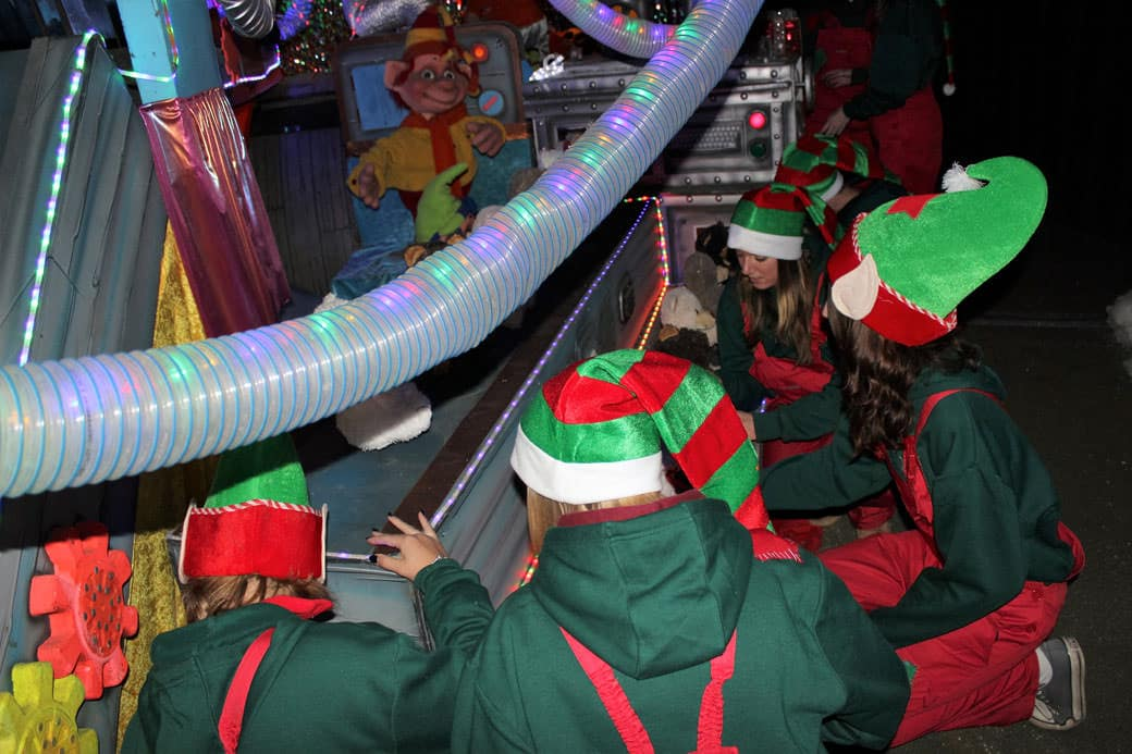 Elves-helping-in-the-toy-factory